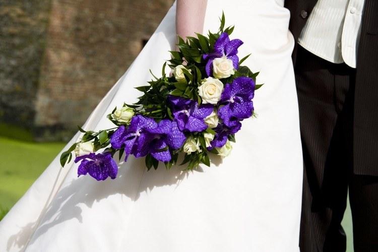 Фиолетовая композиция в сочетании с белоснежным платьем