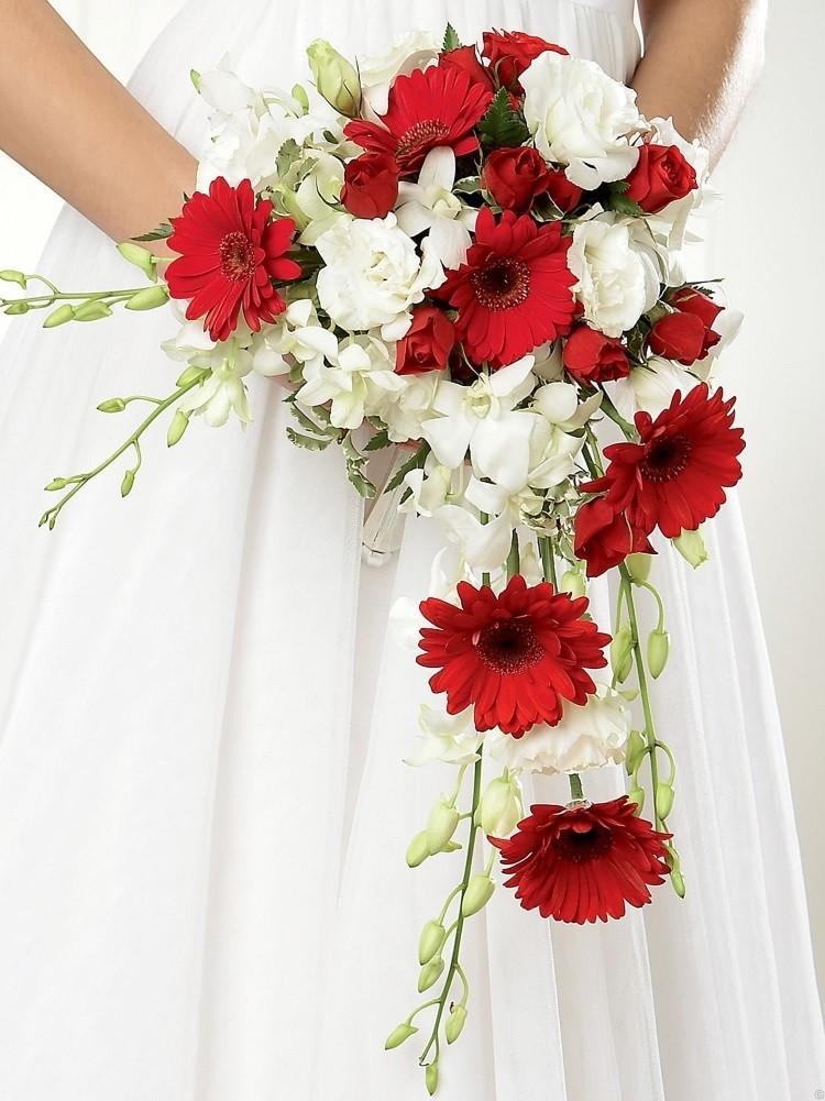 Каскадный букет из белых и красных цветов