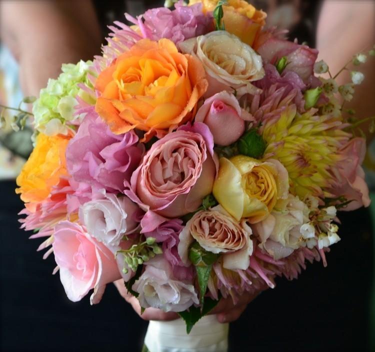 Сочетание с розами в разноцветном свадебном букете