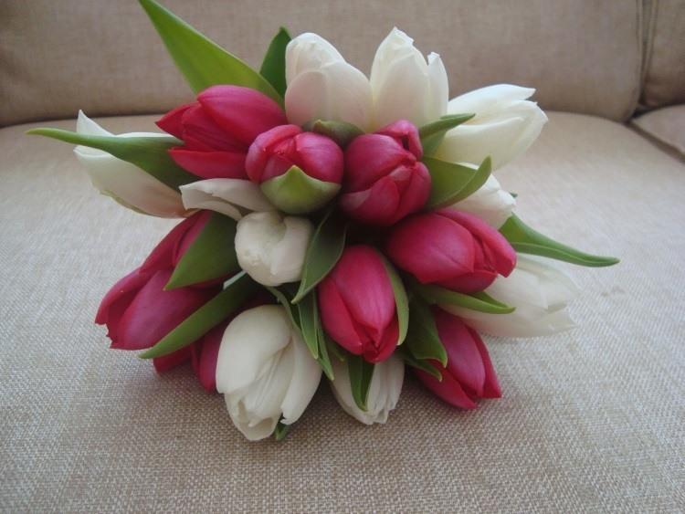 Монобукет из белых и красных цветов