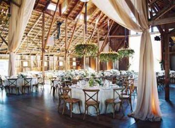 На фотографии красивый свадебный зал