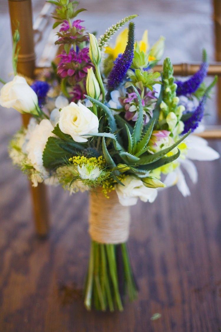 Букет невесты из полевых цветов перевязанный бечевкой