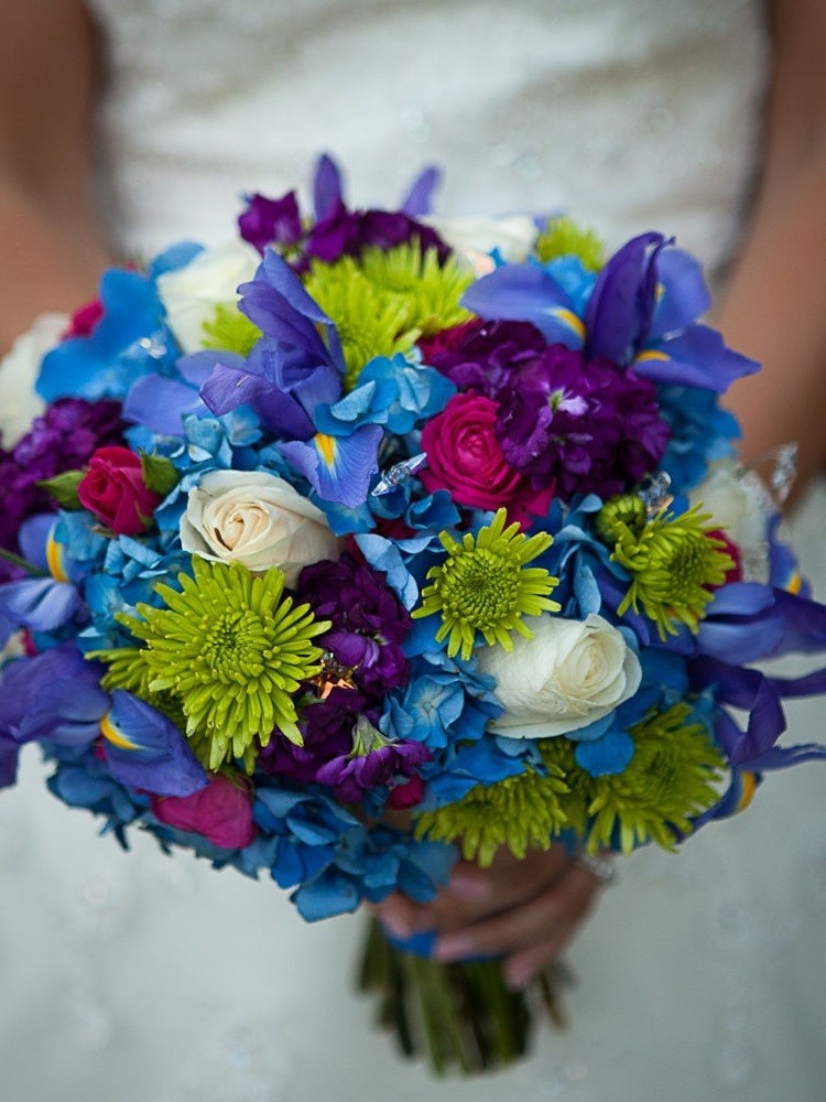 Оригинальная композиция с голубым, белым, фиолетовым и зеленым цветами